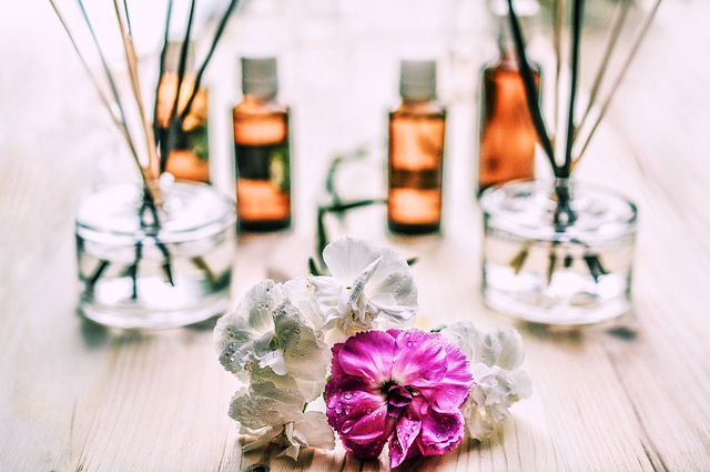 MAKE YOUR HOUSE SMELL LIKE FALL WITH ESSENTIAL OILS